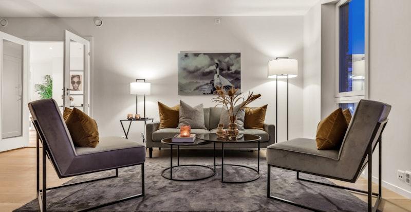 Stuen har flere møbleringsmuligheter med plass til sofa og spisestue.
