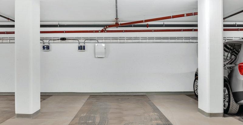 Det medfølger stor garasjeplass med påkostet elbil-lader.