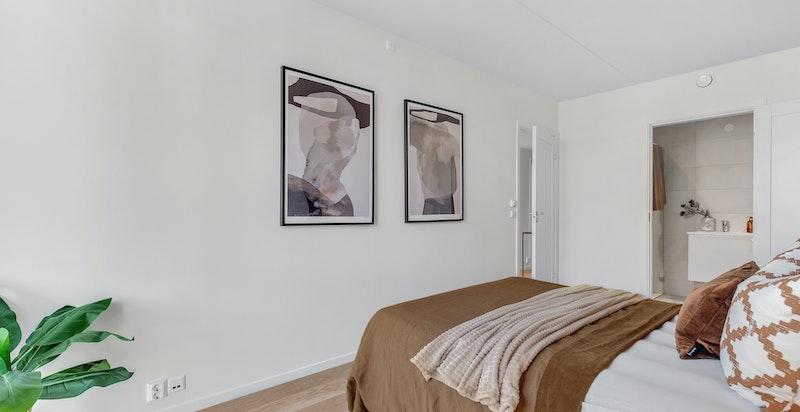 Hovedsoverommet gir en privat suite-følelse med tilhørende eget dusjbad.