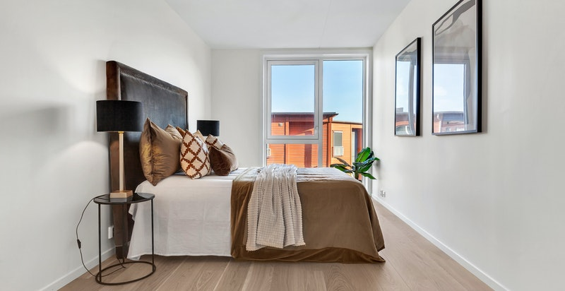 Hovedsoverommet har god plass til dobbeltseng, garderobeinnredning og annet ønsket møblement.