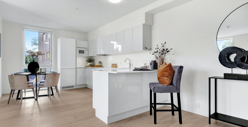 Kjøkkeninnredningen består av benkeskap, overskap, høyskap og barløsning med sitteplasser.