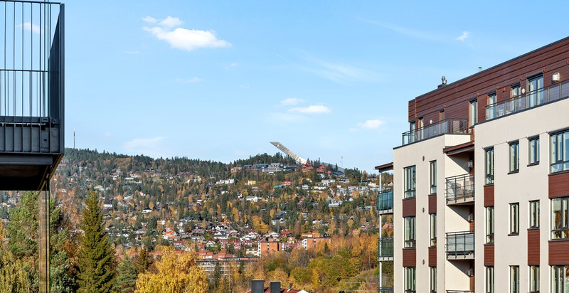 Utsikt mot Holmenkollen fra balkongen.