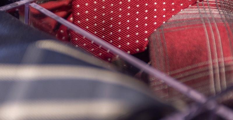 Åpne garderobeskap med skuff og heng. Omkledningsrommet ble innredet i 2015/-16