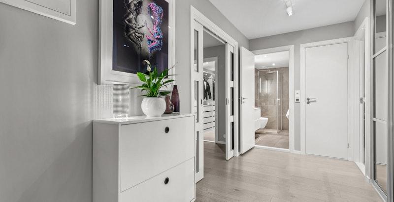 Hall/entré med adkomst til stue, to soverom, bad og toalettrom