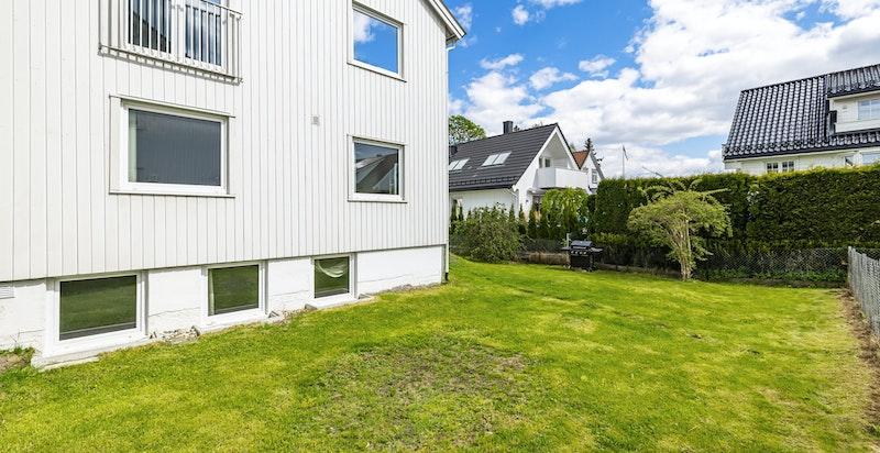 Flat og fin hage rundt huset.