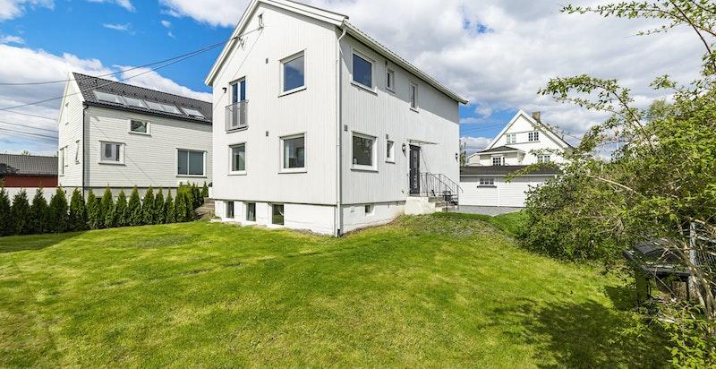 Velkommen til Vækerøveien 179 D- en stor og totaloppusset (2016) bolig med hyggelige uteområder og garasje