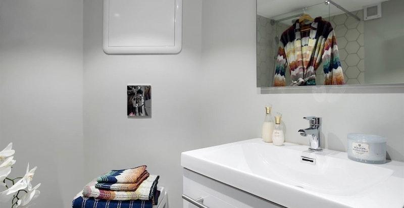 Pent flislagt dusjbad / WC i kjeller