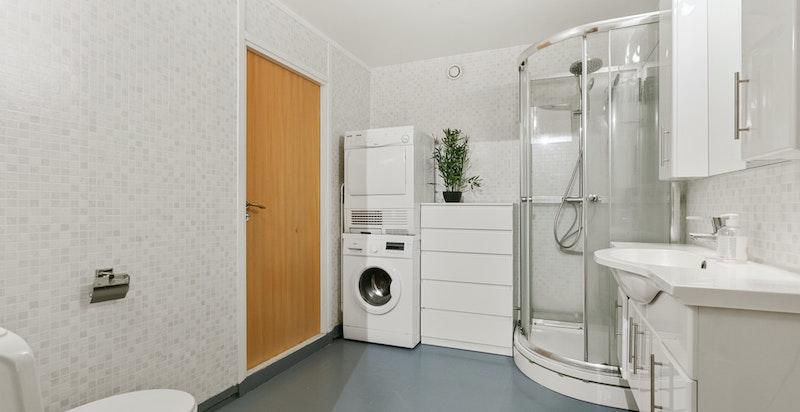 Badersom med opplegg til vaskemaskin