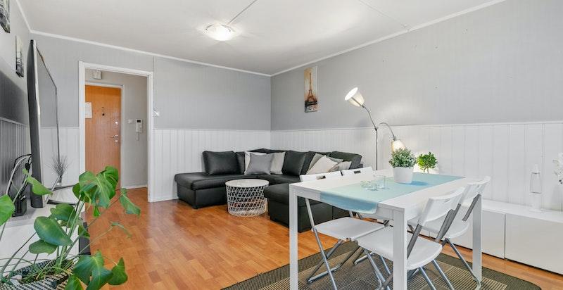 På stuen har du plass til både sofa- og spisegruppe