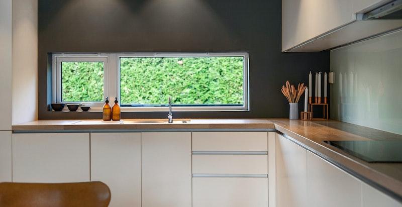 Kjøkkenet har integrerte hvitevarer med ovn, oppvaskmaskin, kjøleskap og sonefri koketopp.