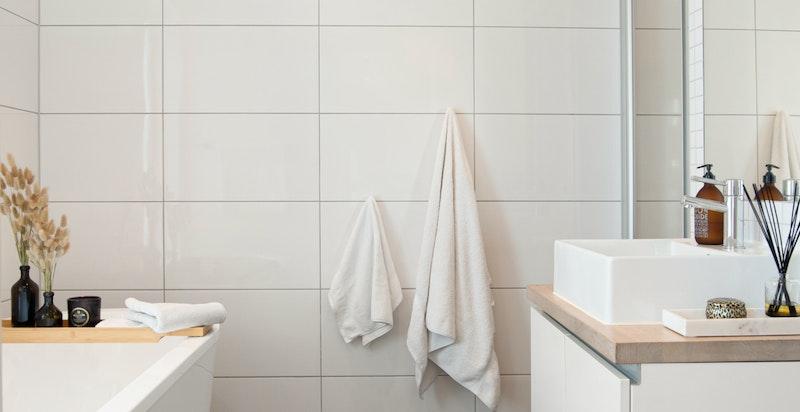 Hovedbadet er i 2. etasje og er utstyrt med badekar og dusj.