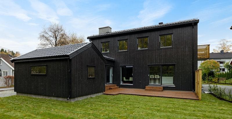 Fasade og hage fra syd/vest