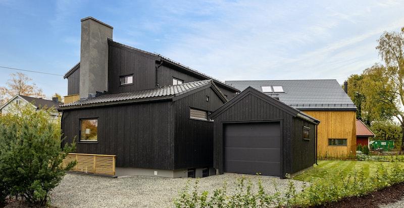 Fasade fra nord/vest mot garasje og kjellerinngang til praktikantdel