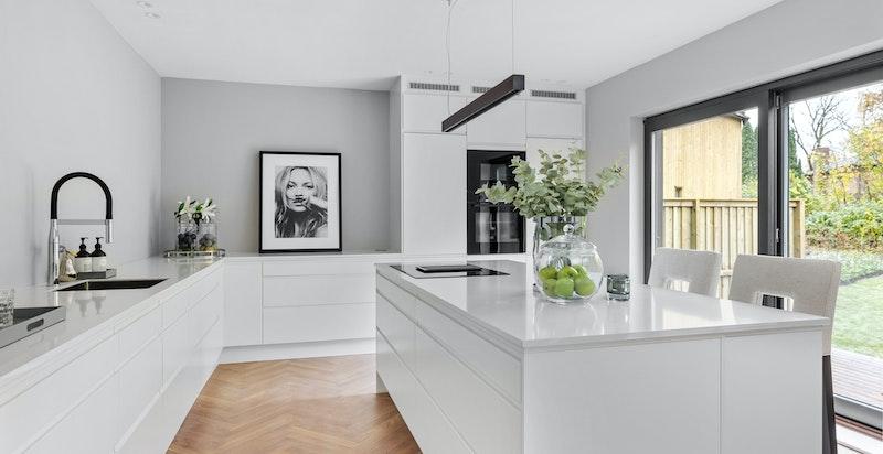 Moderne og velutstyrt kjøkken med tidløs innredning fra Epoq