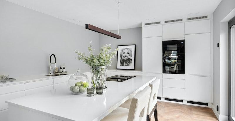 Praktisk kjøkkenøy med barløsning og oppbevaringsplass
