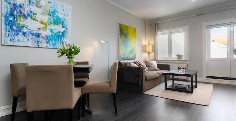 Stuen har plass for spisebord og sofasalong.