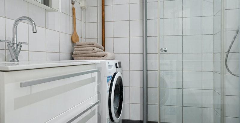 Pent bad fra 2003, lekre oppgraderinger på innredning. Opplegg og plass for vaskemaskin
