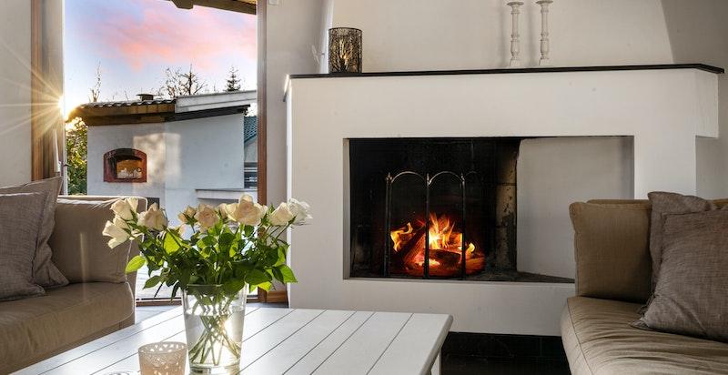 Sjarmerende peis i stuen som er svært hyggelig på våte og kalde høstkvelder