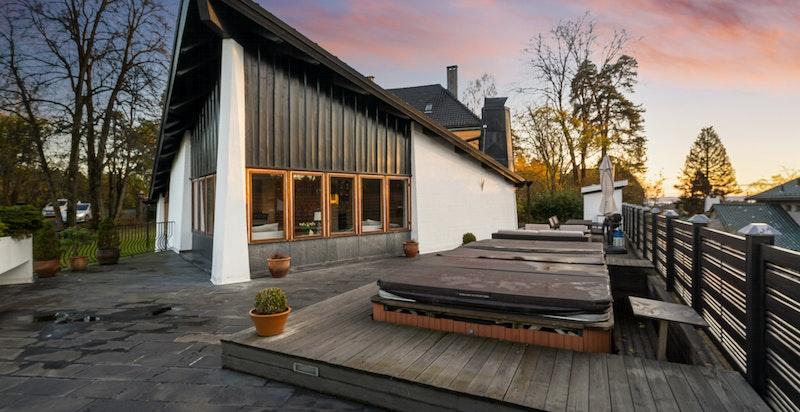 Arkitekttegnet bolig med store og svært funksjonelle uteplasser