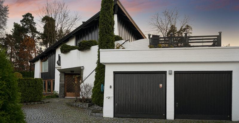 Særegen bolig med høye kvaliteter. Integrert dobbelgarasje med adkomst inn til boligen