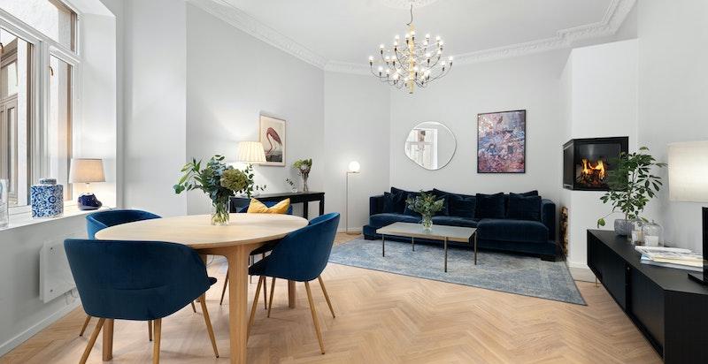 Luftig stue med store vinduer og takhøyde på over 3 meter