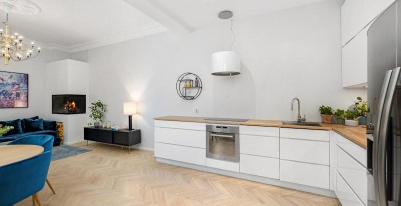 Kjøkken med tidløs innredning og god benkeplass