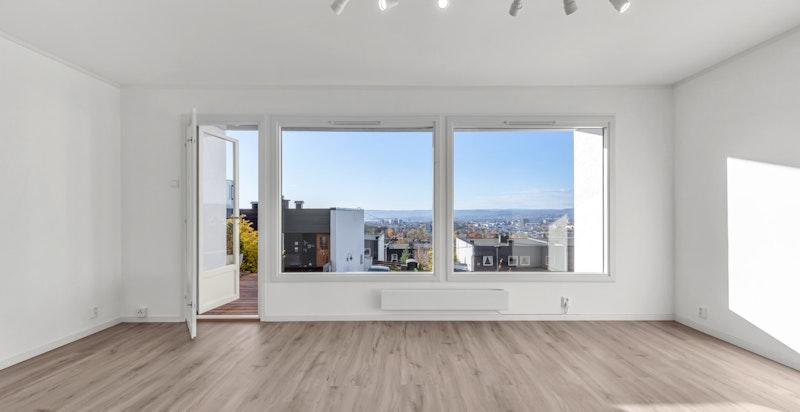 Lys stue med svært gode lysforhold. Utsikten bidrar til en god og luftig atmosfære.