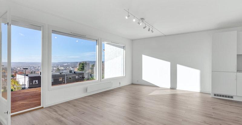 Stuen har flere møbleringsmuligheter med plass til sofamøblement og spisestue.