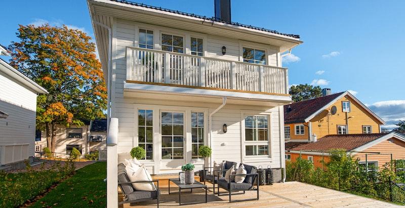 Nybygget, lys og moderne enebolig m/ særdeles fin beliggenhet på Bygdøy. Nydelige solforhold.