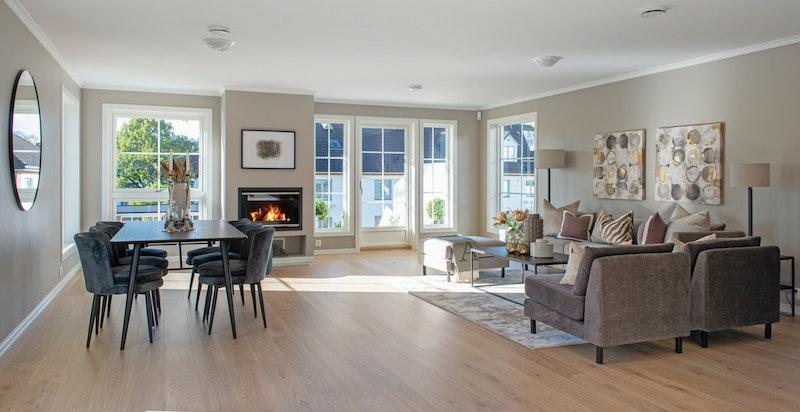 Lekker, svært lys og usjenert stue med peis og utgang vestvendt terrasse og have