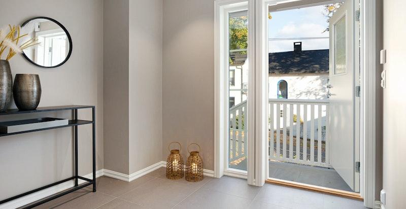 Flislagt hall med varmekabler, LED-spotter og plass til garderobe.
