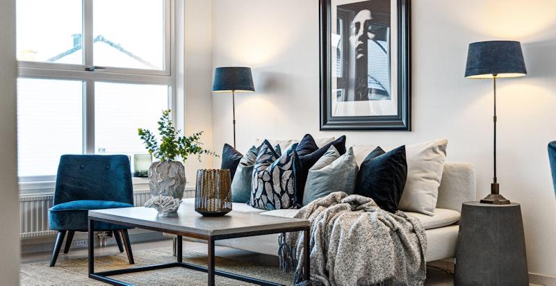Stuen har god plass til sofamøblement og spisebord.