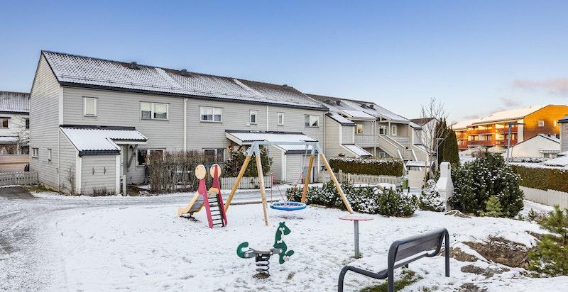 Eiendommen ligger usjenert til i et attraktivt, rolig og meget barnevennlig boligområde på Holmlia.