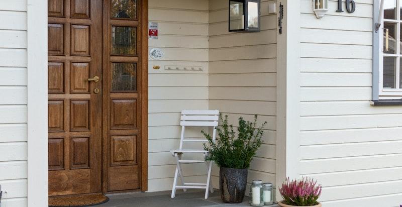 Hovedinngangsdøren med også sideinngang direkte til stort, praktisk vaskerom