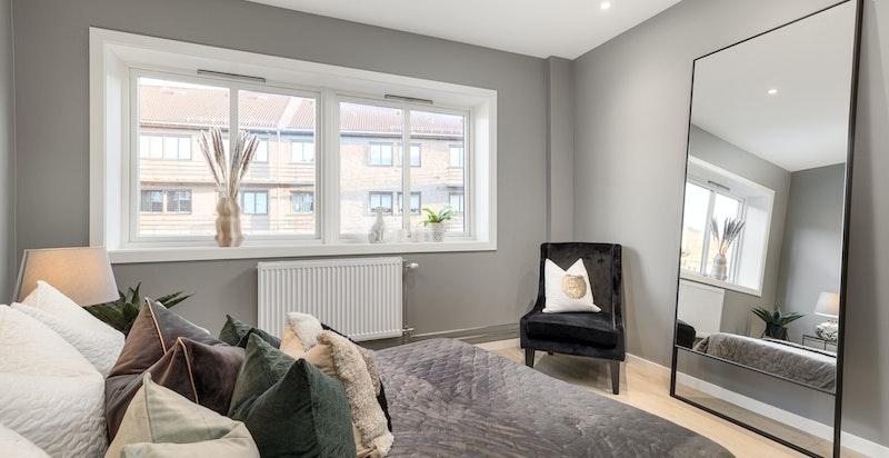 Hovedsoverommet har god plass til dobbeltseng med tilhørende møblement samt garderobeinnredning.