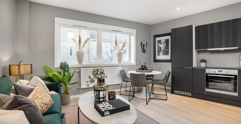 Stue/kjøkken har flere møbleringsmuligheter med plass til sofamøblement og spisebord.