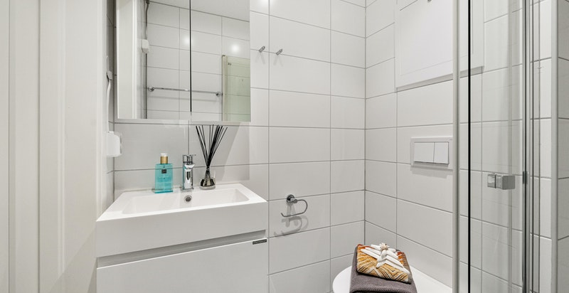 Badet er effektivt innredet med moderne innredning.