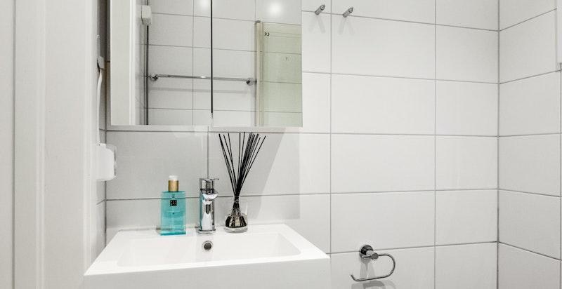 Det er opplegg til vaskemaskin på badet, samt fellesvaskeri i kjelleren.