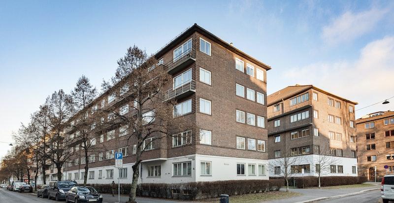 Fasade fra gaten. Eiendommen ligger i et etablert boligområde.