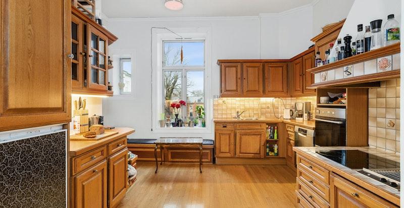 Kjøkken med god skap- og benkeplass samt nyere hvitevarer