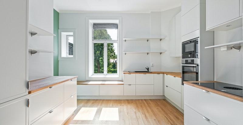 Leiligheten har et helt nytt kjøkken fra Strai med kvalitets hvitevarer