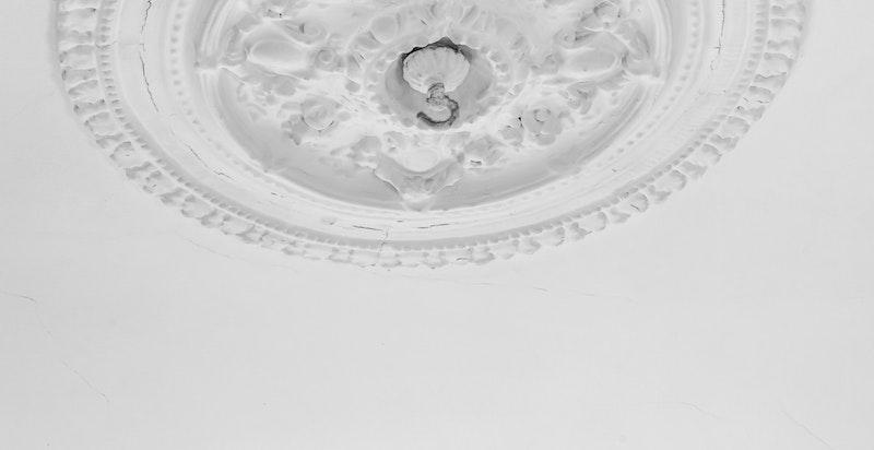 Leiligheten har en bevart en rekke flotte klassiske detaljer som bl.a. stukkatur/rosett, profilert listverk og originale fyllingsdører