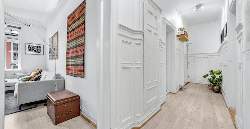 Hall/entré med brysningspanel og originalt lagringsskap