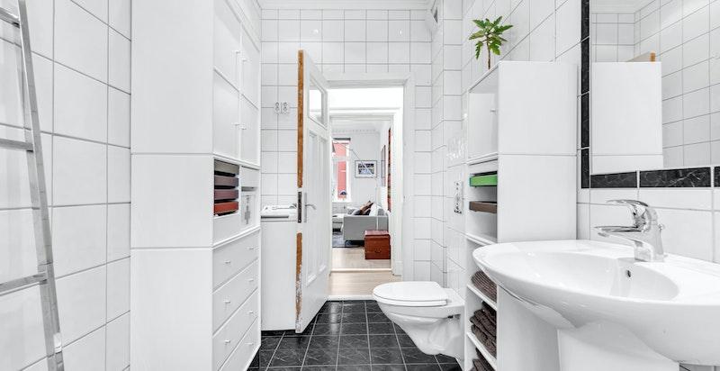 Badet inneholder frittstående badekar, veggmontert wc, søyleservant med blandebatteri, klaffeventil og opplegg til vaskemaskin
