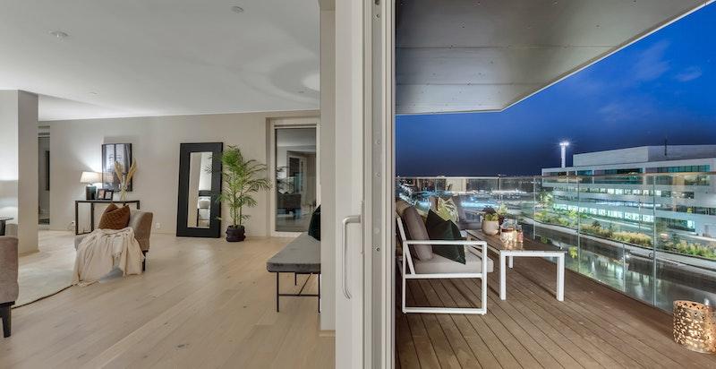 Skyvedør mellom stuen og balkongen.