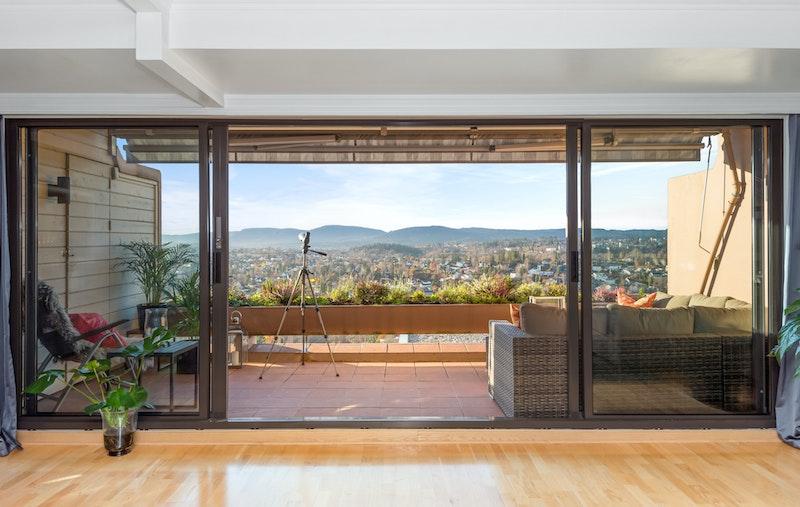 Ekstra store vindus- skyvedører fra stue mot terrassen