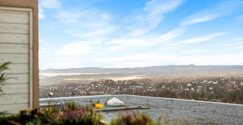 Fra terrassen ser du også fjorden godt mot syd