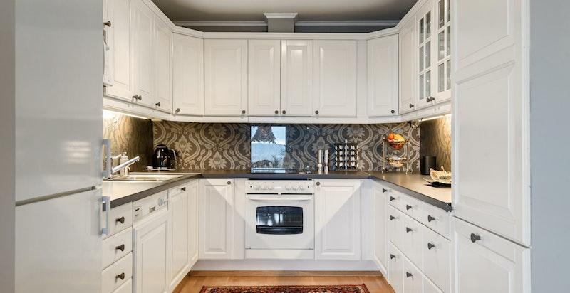 Klassisk pent kjøkken med integrerte hvitevarer
