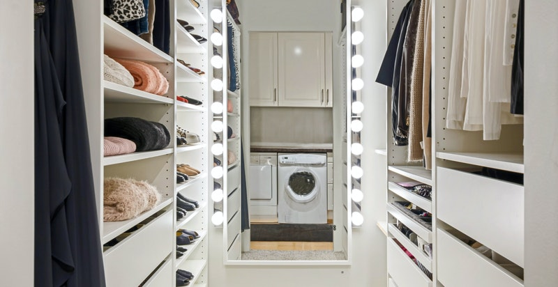 """Walk-in-closet med inngang fra vaskeromsavdelingen/""""grovkjøkken"""""""