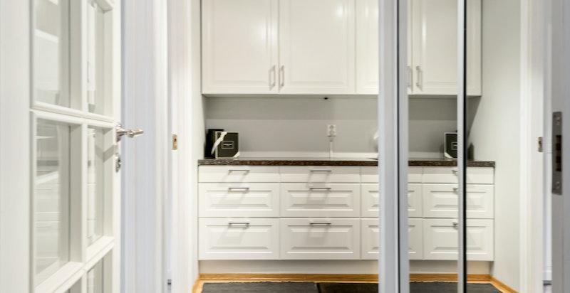 """Mellomgang til praktisk vaskerom/""""grovkjøkken"""" - tilbaketrukket og fint plassert mellom soverommene, badet og walk-in-closet"""